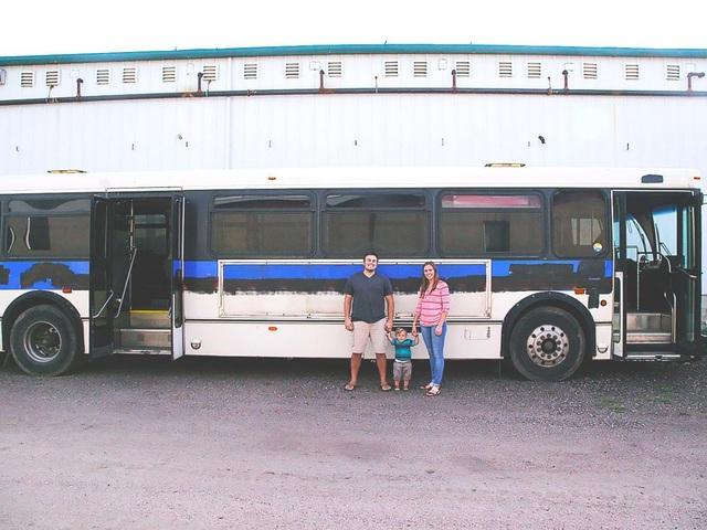 Khi chị Emily mang thai người con thứ 2, cặp đôi quyết định mua lại chiếc xe bus cũ để thiết kế thành ngôi nhà di động