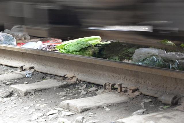 Các mẹt rau củ nằm ngay dưới bánh xe tàu hỏa
