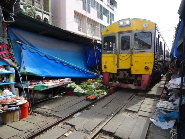 Thái Lan cũng có khu chợ đường sắt nguy hiểm tưong tự