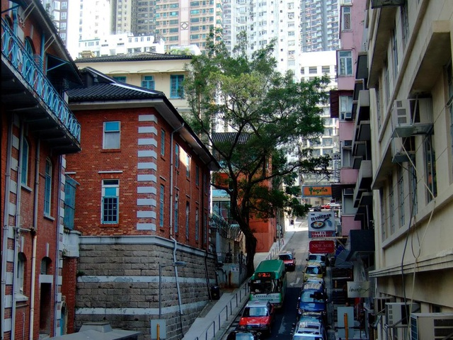 Thang máy có mái che ngoài trời xuất hiện ở Hong Kong năm 1993