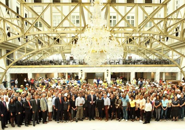 Ông Trump chụp hình cùng toàn thể nhân viên khách sạn Trump International Hotel