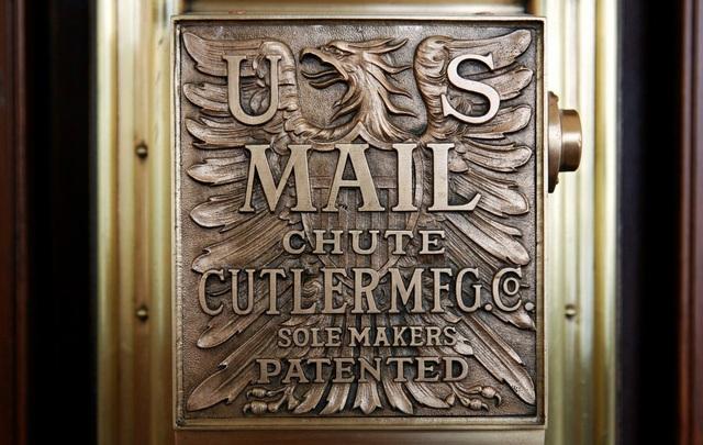 Bảng hiệu của tòa nhà bưu điện cũ vẫn được để lại trên tường khách sạn