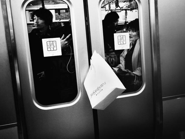 Cảnh chật chội chen chúc trên những tuyến tàu điện ngầm vào giờ cao điểm.