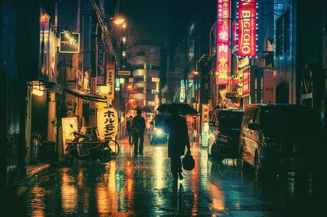 Nhịp sống về đêm có phần hơi chậm lại trong một ngày mưa.