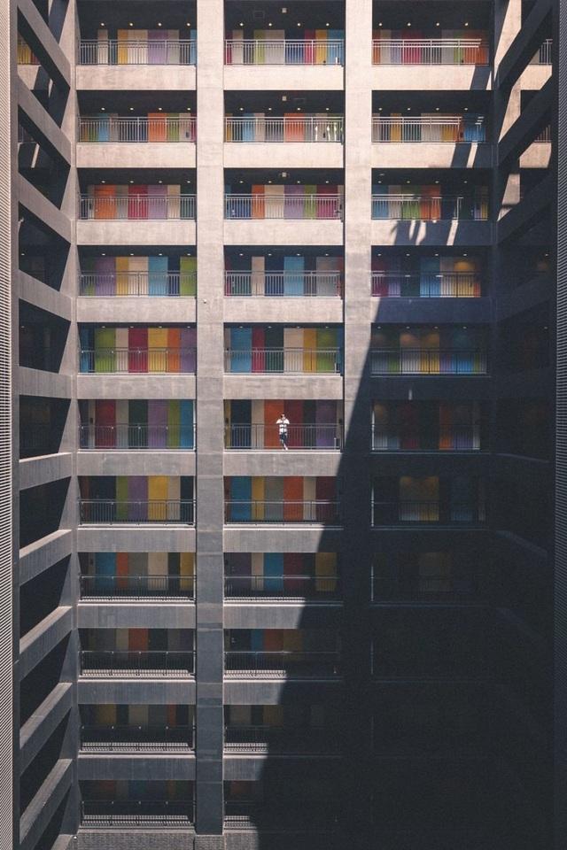 Khối nhà cao tầng với nhiều mảng màu đa sắc không làm lấp đi nỗi cô đơn vắng vẻ.