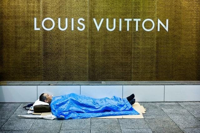 Sự đối lập giữa biểu tượng giàu có của thành phố và người vô gia cư.