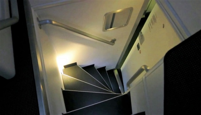 Cầu thang nhỏ hẹp dẫn lên căn phòng