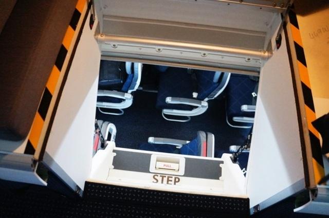 Nhìn từ phía căn phòng xuống khoang hành khách phía dưới
