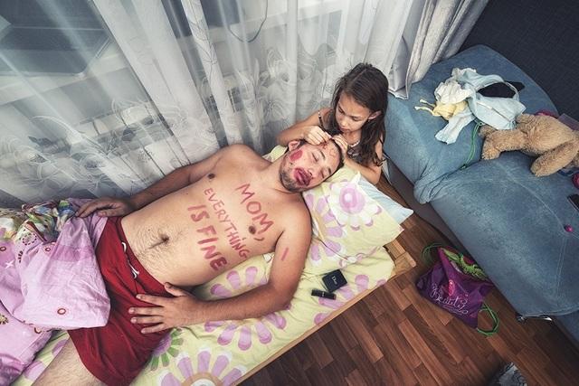 Mẹ vắng nhà là khoảng thời gian hai bố con được gần bên nhau hơn. Những bức hình ghi lại khoảnh khắc cuộc sống đời thường do nhiếp ảnh gia Yevgeny Shults chụp.