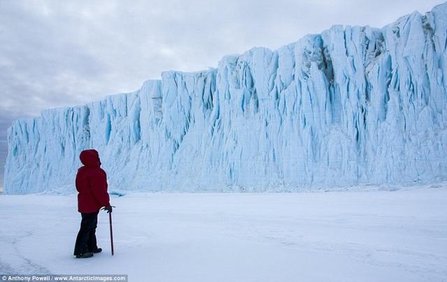 Nhiếp ảnh gia đứng trước dòng sông băng Barne