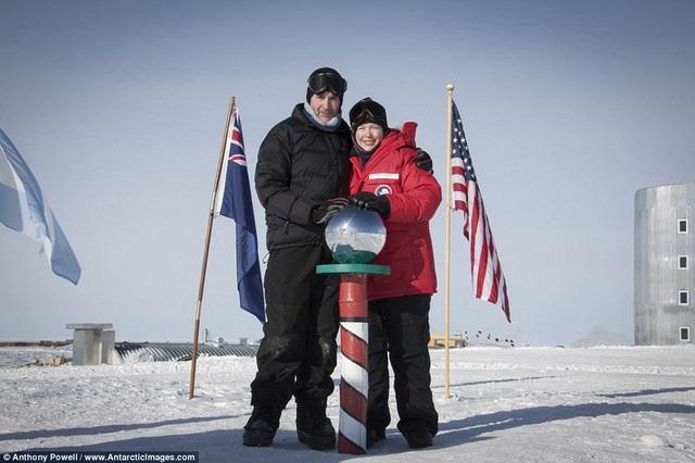 Nhiếp ảnh gia và Christine, vợ của mình đã gặp nhau khi cả hai cùng làm việc tại Nam Cực. Họ yêu nhau và kết hôn.