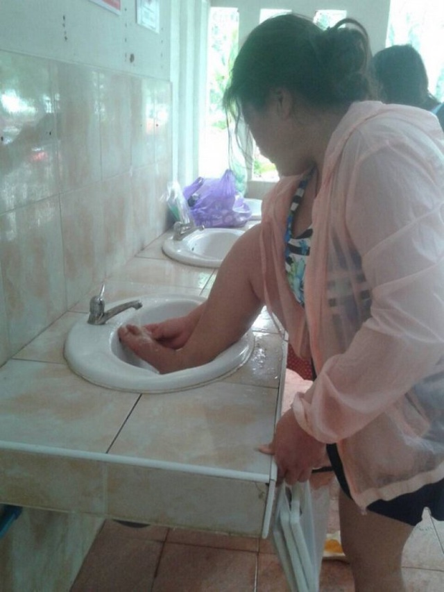 Rửa chân trong bồn rửa mặt