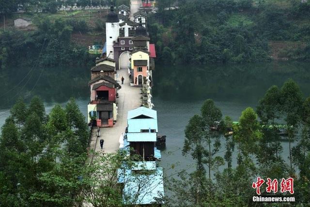 Những ngôi nhà nối tiếp kề sát nhau ngay trên cầu