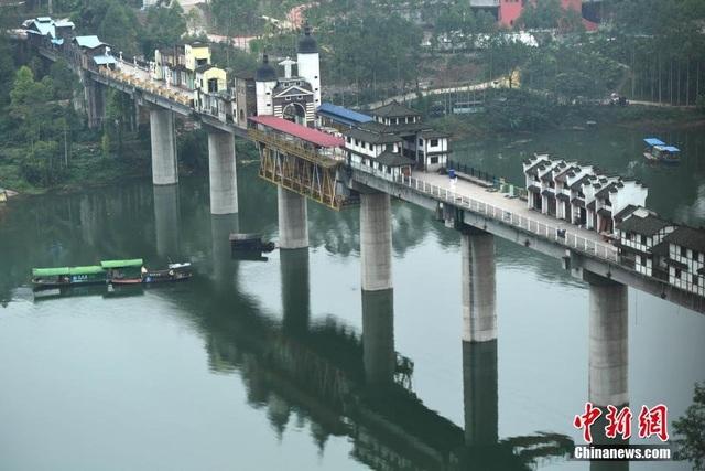 Phía dưới cầu, giao thông đường thủy vẫn hoạt động bình thường