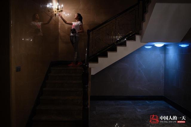Cô gái xuống kiểm tra căn hầm dưới khu biệt thự