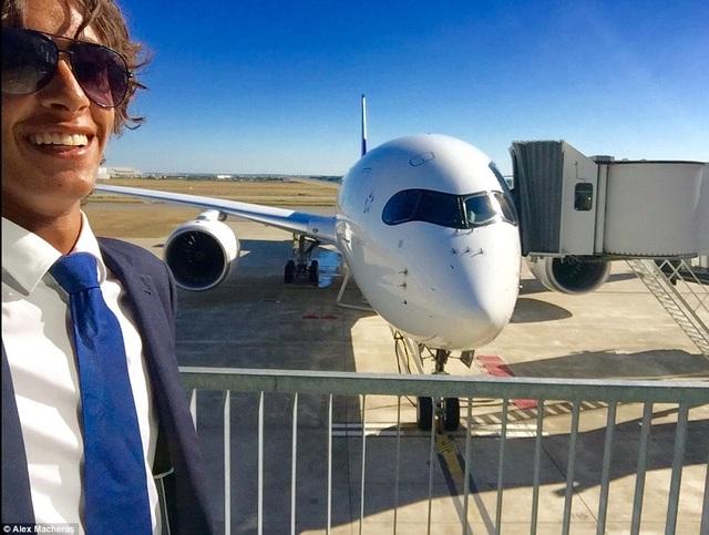 Chụp hình bên chiếc Airbus A350 XWB được anh nhận xét là siêu phẩm
