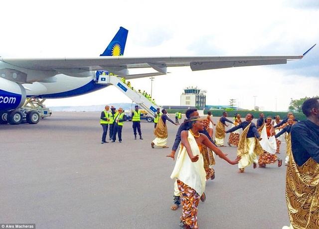 Các vũ công người Rwanda chào mừng lễ khai trương bằng một điệu múa địa phương