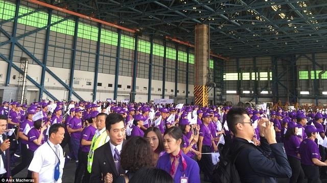 Tại Bangkok, gần 1000 người chờ đợi và chào đón buổi khai trương nhận máy bay mới của một hãng hàng không Thái Lan