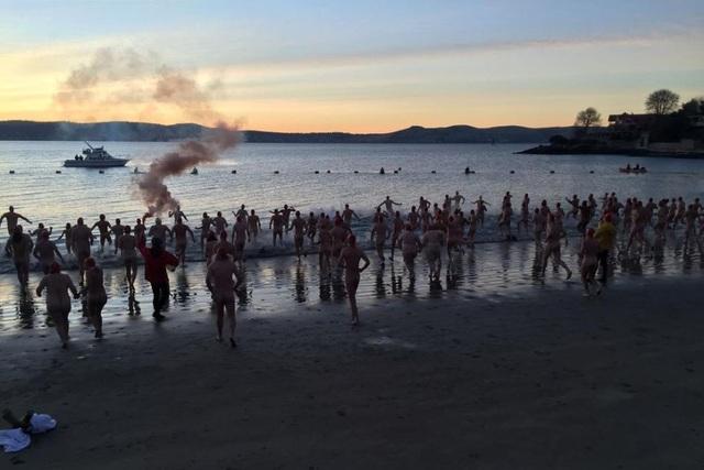 Dòng người đổ về sông Derwent để tắm nude