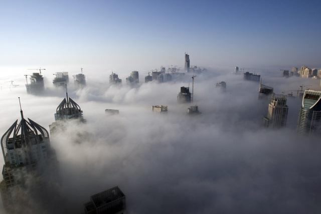 Những dãy nhà chọc trời nằm trong biển mây.
