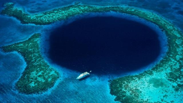 Hố tự nhiên Great Blue nằm ngoài khơi bờ biển Belize là và lỗ hổng tự nhiên lớn nhất thế giới hiện nay.