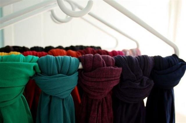 Cách đơn giản để giữ gọn khăn và quần tất. Theo đó, những vật dụng này cũng phẳng phiu hơn cho lần dùng tiếp theo.