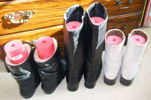 Nhét những miếng xốp tròn vào giầy hoặc boot giúp chúng đứng thẳng.