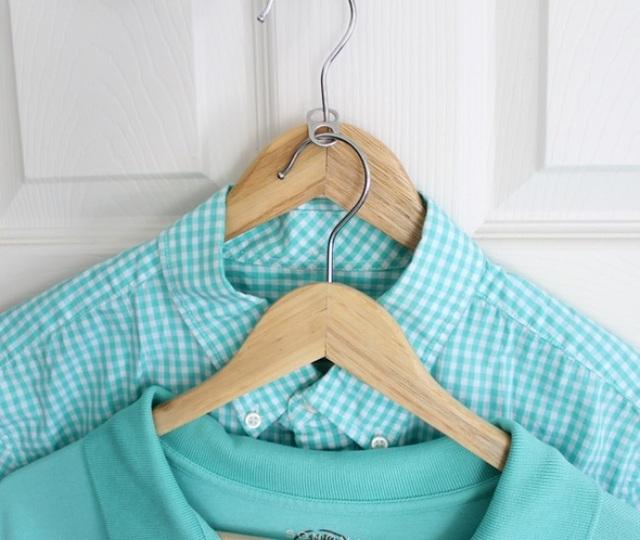 Dùng nắp lon soda đã bỏ đi để tăng gấp đôi không gian chứa đồ trong tủ quần áo.