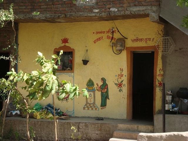 Trước cửa một ngôi nhà trong làng