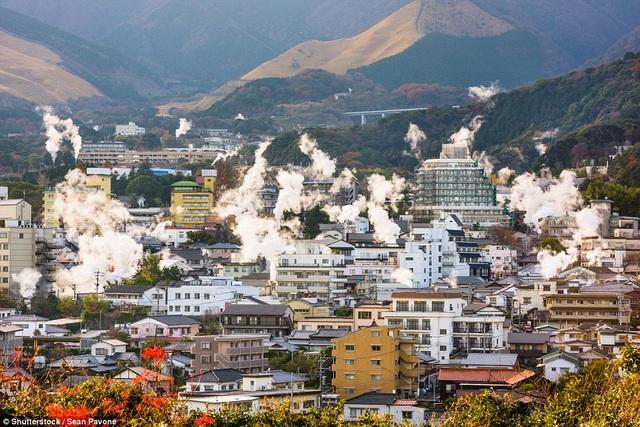 Thành phố Beppu có tới 3000 lỗ địa nhiệt, phun tới 130.000 tấn nước nóng mỗi ngày