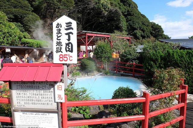 Biển cảnh báo ghi rõ nhiệt độ nước bên ngoài suối nước nóng để du khách cẩn trọng khi tới thăm