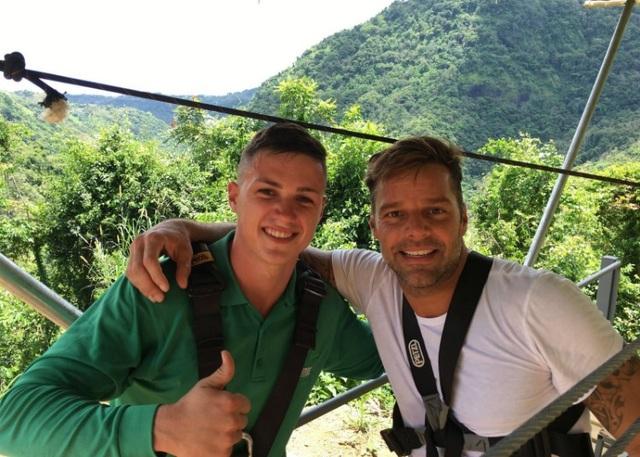 Ngôi sao Ricky Martin trải nghiệm với thử thách trượt trên đường cáp dài nhất thế giới
