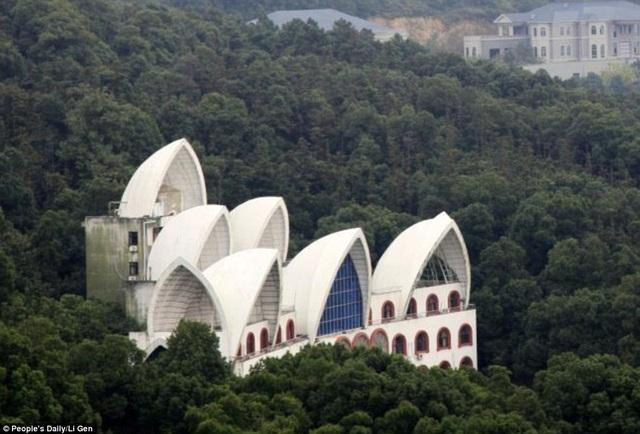 Ngôi làng còn sở hữu hàng loạt các công trình nhái như rạp con sò của Sydney