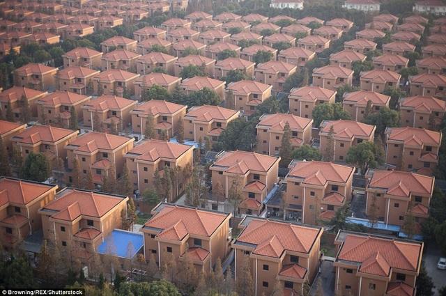 Những căn hộ được cấp riêng cho người dân trong làng, được xây dựng theo phong cách châu Âu