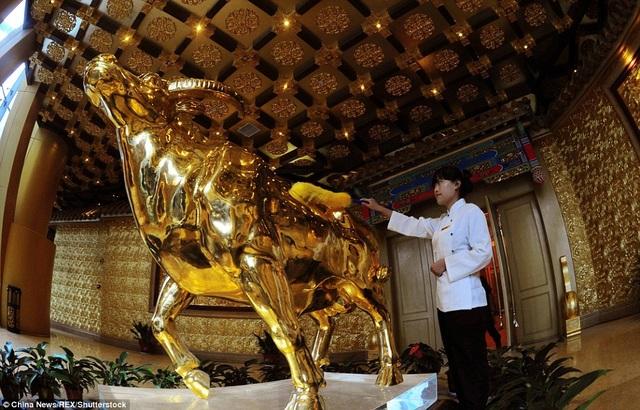 Tượng trâu bằng vàng khối đặt trên tầng 60 của khách sạn