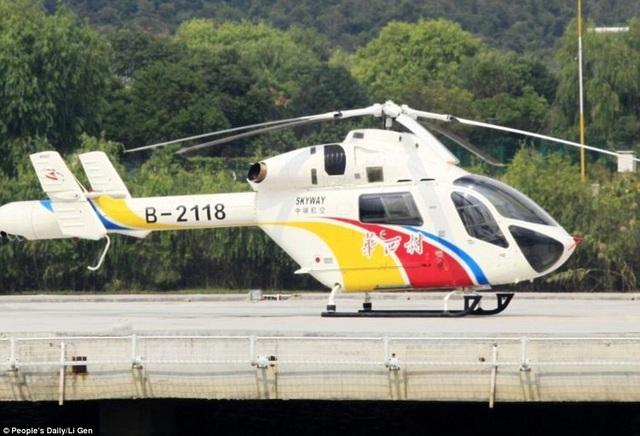 Người dân trong làng di chuyển bằng dịch vụ trực thăng