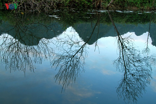 Sở dĩ suối có tên như vậy là do hình dáng của nó trông giống như đuôi của một con chim yến đang xòe rộng. Suối Yến dài khoảng 4km, từ bến Đục, du khách lên thuyền theo dòng suối này để đến với Hương Sơn. Suối Yến là con đường thủy duy nhất để du khách vào ngắm cảnh chùa Hương.