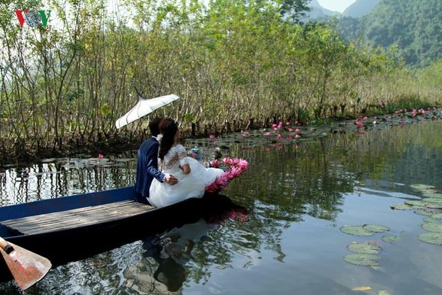 Các cặp cô dâu chú rể cũng thường lựa chọn nơi đây là nơi chụp ảnh cưới với phong cảnh hữu tình lãng mạn, nhất là vào mùa hoa súng.