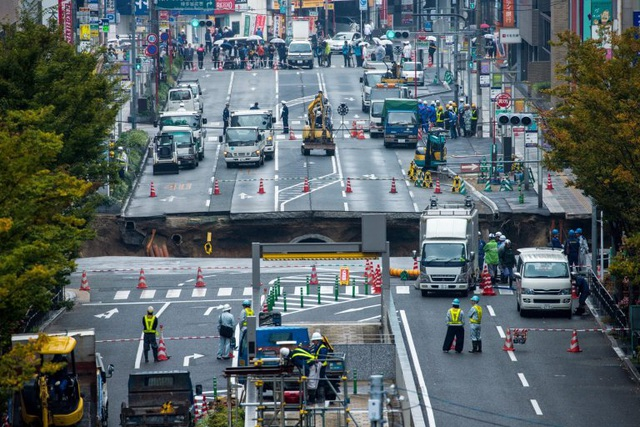 """Trước đó, """"hố tử thần"""" khiến giao thông tại đoạn đường này bị ngưng trệ"""