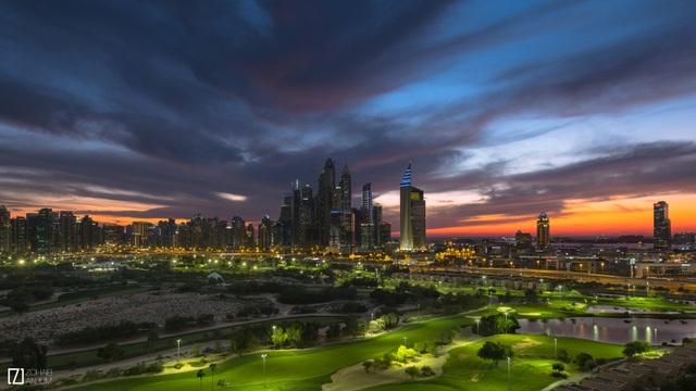 Dubai hiện lên vẻ hoàng tráng và tráng lệ dưới ánh hoàng hôn.