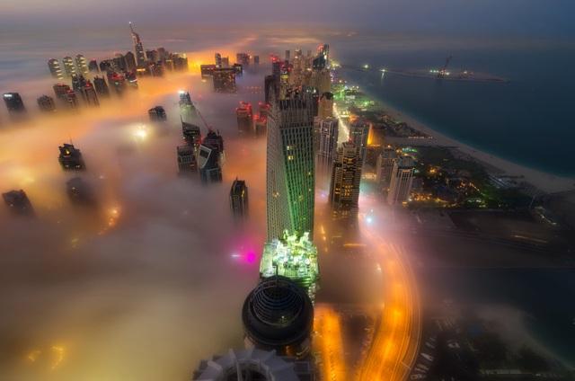 Biển mây bồng bềnh khi nhìn tòa tháp từ góc độ trên cao.