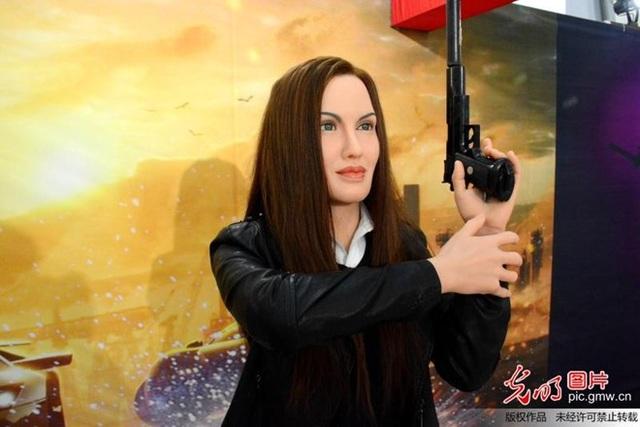 Nếu không đọc phần chú thích, rất ít du khách nhận ra đây chính là hình mẫu của Angelina Jolie