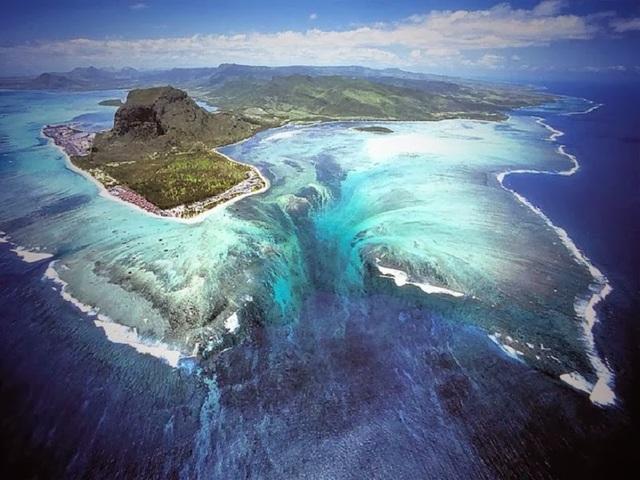 """""""Thác nước"""" dưới đáy biển là điểm du lịch hút khách bậc nhất tại đây"""
