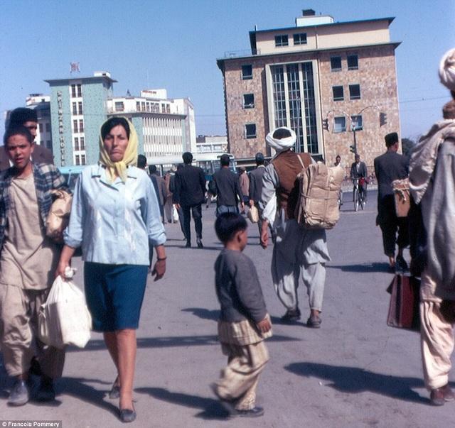 Nhiếp ảnh gia quay lại Afghanistan vào năm 1974 cùng vợ con và bạn bè. Trong hình là cảnh tác giả chụp tại thủ đô Kabul. Có thể thấy một người phụ nữ trong trang phục phương tây đi dọc theo tuyến phố.
