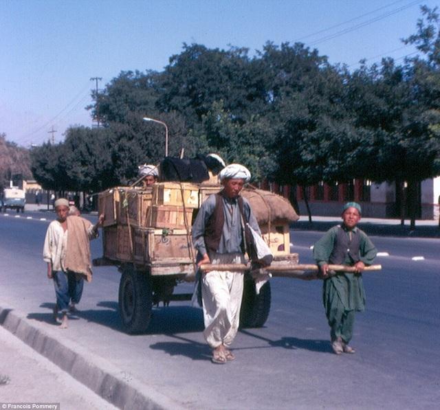 Trên đường phố xuất hiện những cỗ xe hiện đại khác hẳn với lối kéo xe truyền thống cổ xưa.