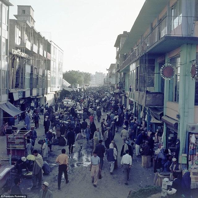 Theo lời kể của tác giả, khi ấy, Kabul là đô thị sầm uất và thân thiện.