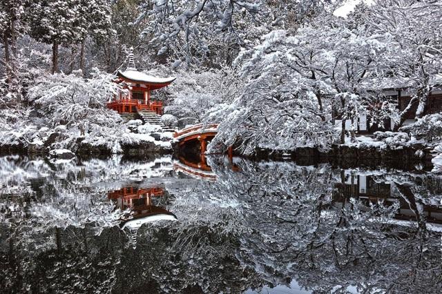 Một ngôi đền ở Kyoto nằm ẩn mình trong tuyết trắng.