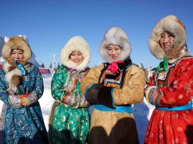 Những cô gái Nội Mông trong trang phục truyền thống chào đón du khách