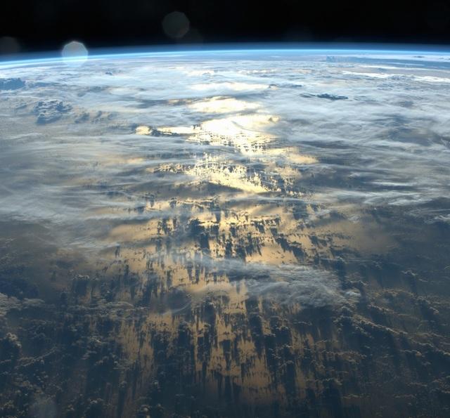 Khoảnh khắc những đám mây bao phủ che bề mặt trái đất.