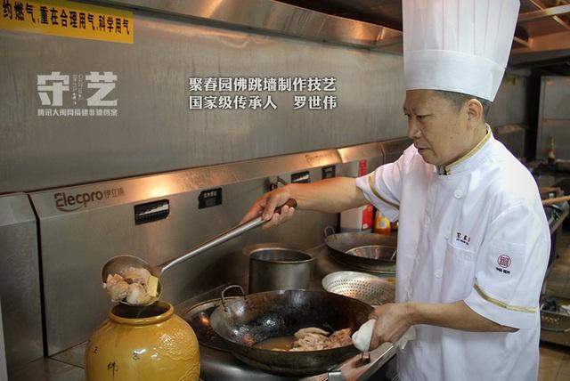 Đầu bếp chuyên nghiệp chế biến món ăn cầu kỳ